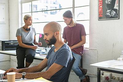 Junge Leute in Arbeitssituation - p1156m1572779 von miep