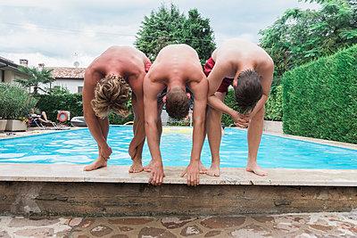 Drei junge Leute am Beckenrand - p1437m2008220 von Achim Bunz