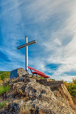 Germany, Rhineland-Palatinate, Altenahr, Ahr Valley, red bench and white summit cross - p300m2139875 by Frank Röder