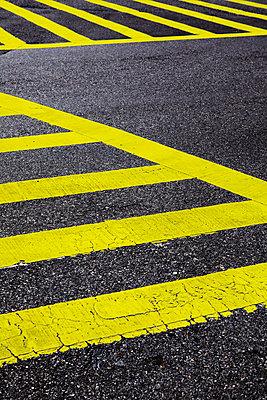 gelber Zebrastreifen - p415m808536 von Tanja Luther
