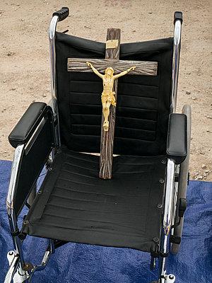 Rollstuhl mit Kreuz - p1021m1585754 von MORA