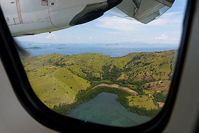 Blick aus Flugzeug auf Inselparadies - p1273m1467580 von melanka