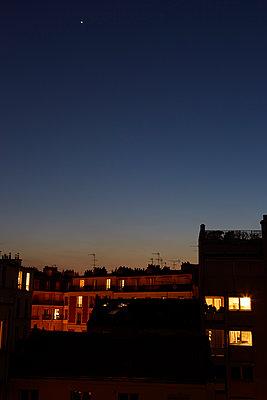 Silent night in Paris during Covid-19 quarantine - p1499m2179047 by Marion Barat