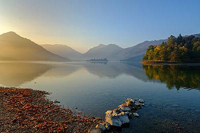 Germany, Upper Bavaria, Lake Schliersee, morning mood at spa park - p300m2070263 von Lisa und Wilfried Bahnmüller