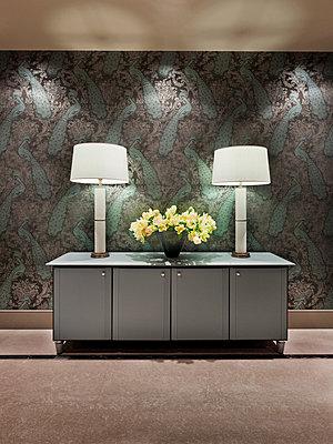 Kommode mit zwei Stehlampen und einem Blumenstrauß - p390m1011419 von Frank Herfort