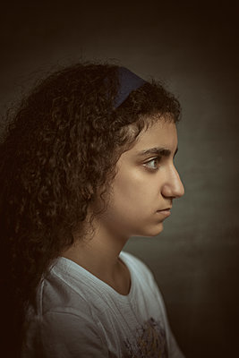Side view of serious girl looking away  - p794m2115539 by Mohamad Itani