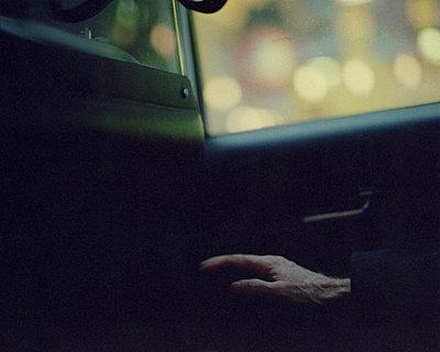 Alter Mann im Taxi - p1051m924778 von Jakub Karwowski