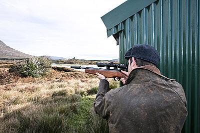 Jäger zielt mit dem Jagdgewehr - p1082m2022018 von Daniel Allan
