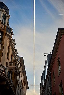 Kondensstreifen am Himmel - p1164m1585987 von Uwe Schinkel