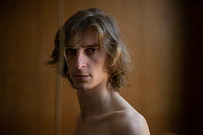 Blond man looking at camera - p1321m2087837 by Gordon Spooner