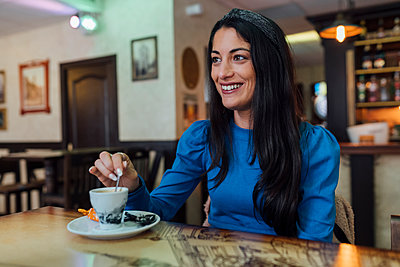 Attractive young woman with coffee in restaurant - p300m2242788 by Ezequiel Giménez