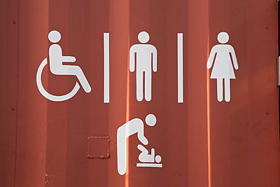 New Zealand, Toilet sign on container - p300m878439 by Gaby Wojciech