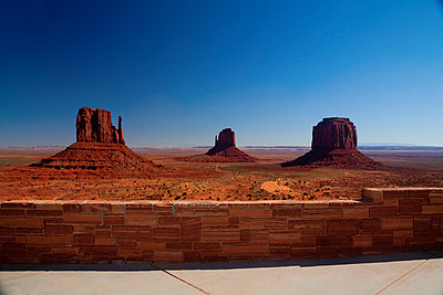 Butte rock formations in desert landscape, Monument Valley Tribal Park, Utah, United States - p555m1415818 by Camilo Morales