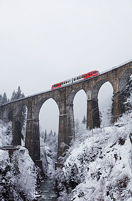 Europe, France, Rhone Alps, Haute Savoie, Chamonix, Mont Blanc Express train going over Viaduct St Marie - p652m1576214 by Christian Kober
