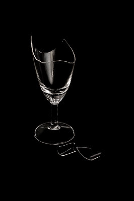 Broken drinking glass - p971m1146682 by Reilika Landen