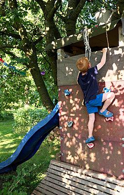 Junge an einer Kletterwand - p116m1586225 von Gianna Schade