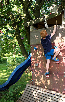 Boy on a climbing wall - p116m1586225 by Gianna Schade