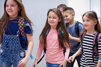 Smiling pupils on corridor leaving school - p300m1587771 by gpointstudio