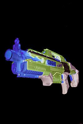 Spielzeuggewehr  - p587m1222981 von Spitta + Hellwig