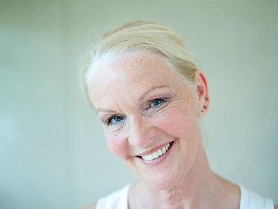 Portrait einer aelteren Frau  - p6430359f von senior images RF