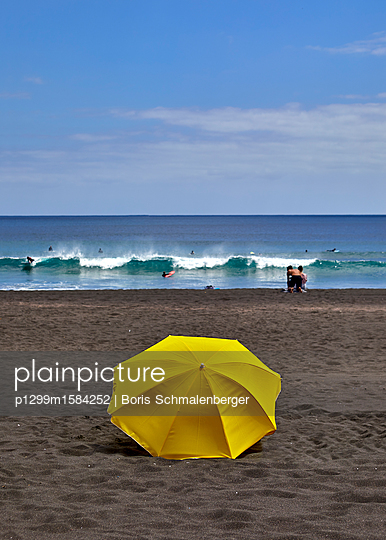 Gelber Sonnenschirm am Strand - p1299m1584252 von Boris Schmalenberger