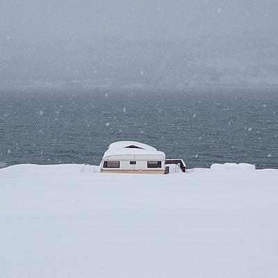 Caravan in the snow - p1138m1119714 by Stéphanie Foäche