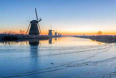 Netherlands, Holland, Rotterdam, Kinderdijk in the evening - p300m2062870 von Raul Podadera Sanz