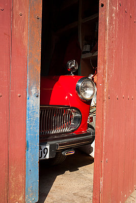 Vintage car in the garage in Cuba - p304m1092247 by R. Wolf