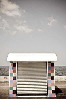 Kiosk am Meer - p5350264 von Michelle Gibson