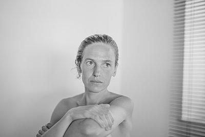Bare chested woman, portrait - p552m2199926 by Leander Hopf