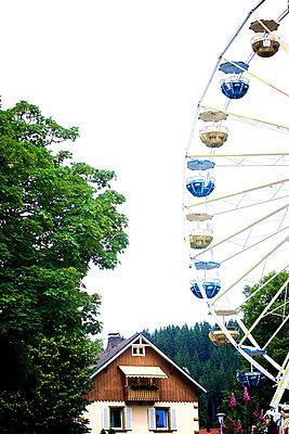 Riesenrad im Wohngebiet - p606m1215547 von Iris Friedrich