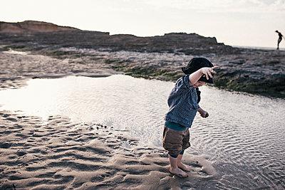 Kleiner Junge spielt am Strand - p1046m1467513 von Moritz Küstner