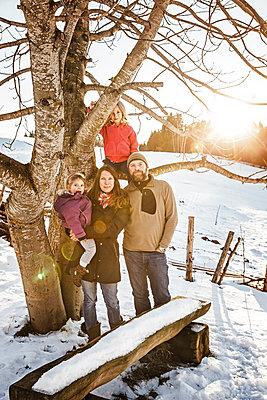 Portrait of a family in rural winter landscape - p300m2206551 by Studio 27