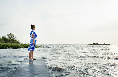 Woman posing in the Frisian lake district in vintage dress, Sneek, Friesland, Netherlands - p429m1494191 by Mischa Keijser