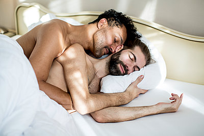 Gay couple in bed sleeping - p787m2115250 by Forster-Martin