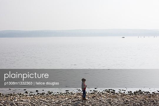 Kind am Ufer - p1308m1332363 von felice douglas