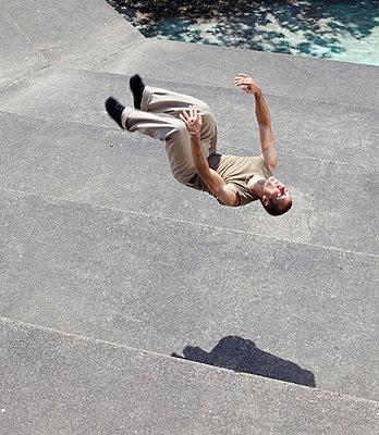 Strong man floating - p5861959 by Kniel Synnatzschke