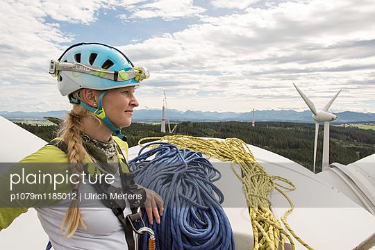 Monteurin auf Windkraftanlage - p1079m1185012 von Ulrich Mertens
