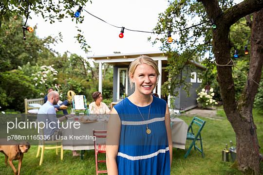 Porträt einer jungen Frau im Garten - p788m1165336 von Lisa Krechting