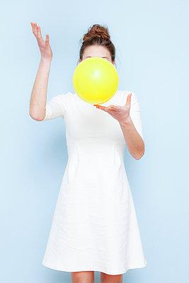 Frau mit Luftballon - p1078m1050898 von Frauke Thielking