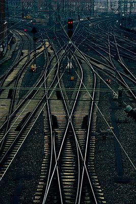 Schienen und Weichen in der Dämmerung, Bahnhof, Hamburg - p1696m2296568 von Alexander Schönberg