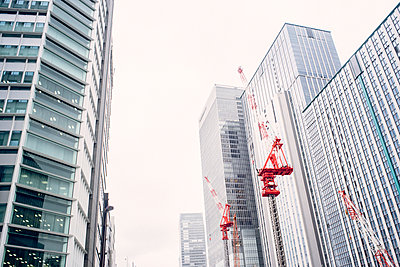 Japan, Tokyo, Skypscrapers and construction cranes - p300m965195f by Florian Löbermann