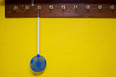 Fliegenklatsche in Fußballoptik - p606m1481448 von Iris Friedrich