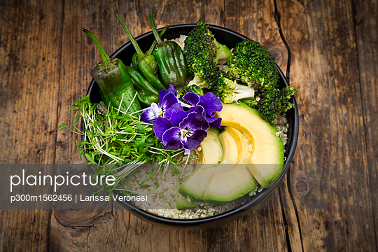 Detox bowl, quinoa, brokkoli, quinoa, avocado, pimientos de padron, cress and pansies - p300m1562456 by Larissa Veronesi