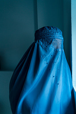 Young woman wearing Burka - p427m2092571 by Ralf Mohr