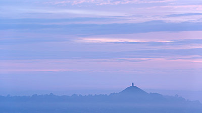 Glastonbury Tor on a misty summer morning - p871m861636 by Adam Burton