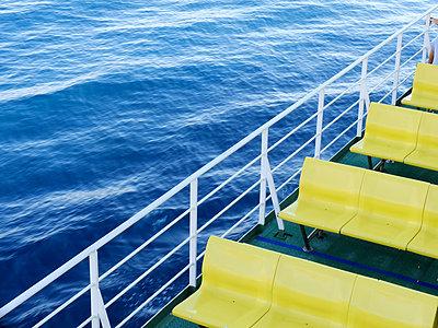 Sitzbänke auf einer Fähre - p879m1185652 von nico