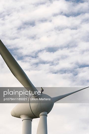 Mann auf Windkraftanlage - p1079m1185021 von Ulrich Mertens