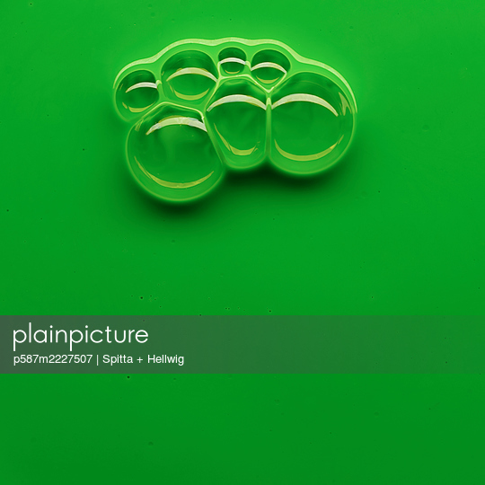 Bubbles on green - p587m2227507 by Spitta + Hellwig