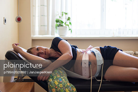 Schwangere Frau bei der Kardiotokografie - p795m2020892 von Janklein